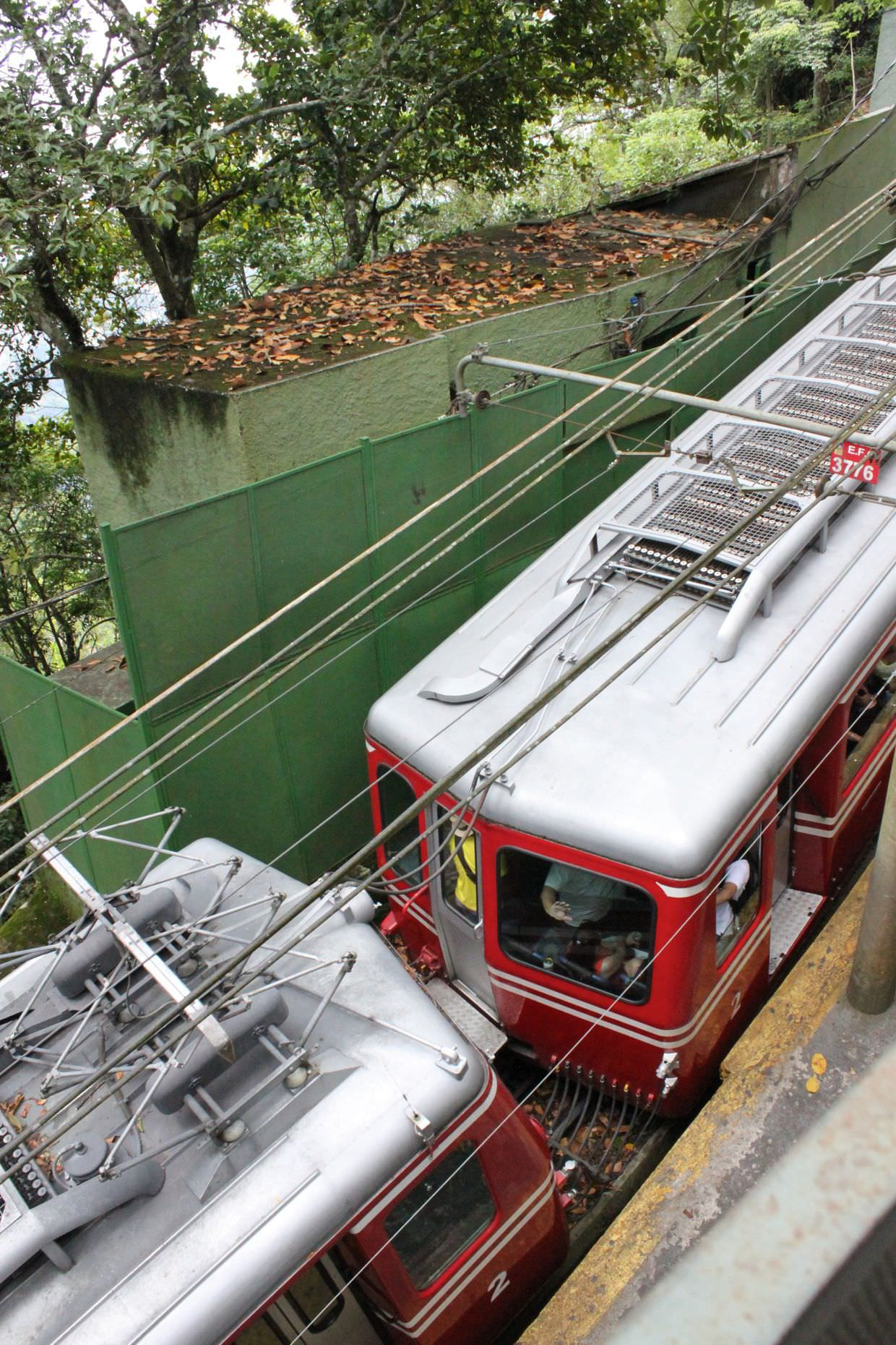 Cog trains up to Christ the Redeemer