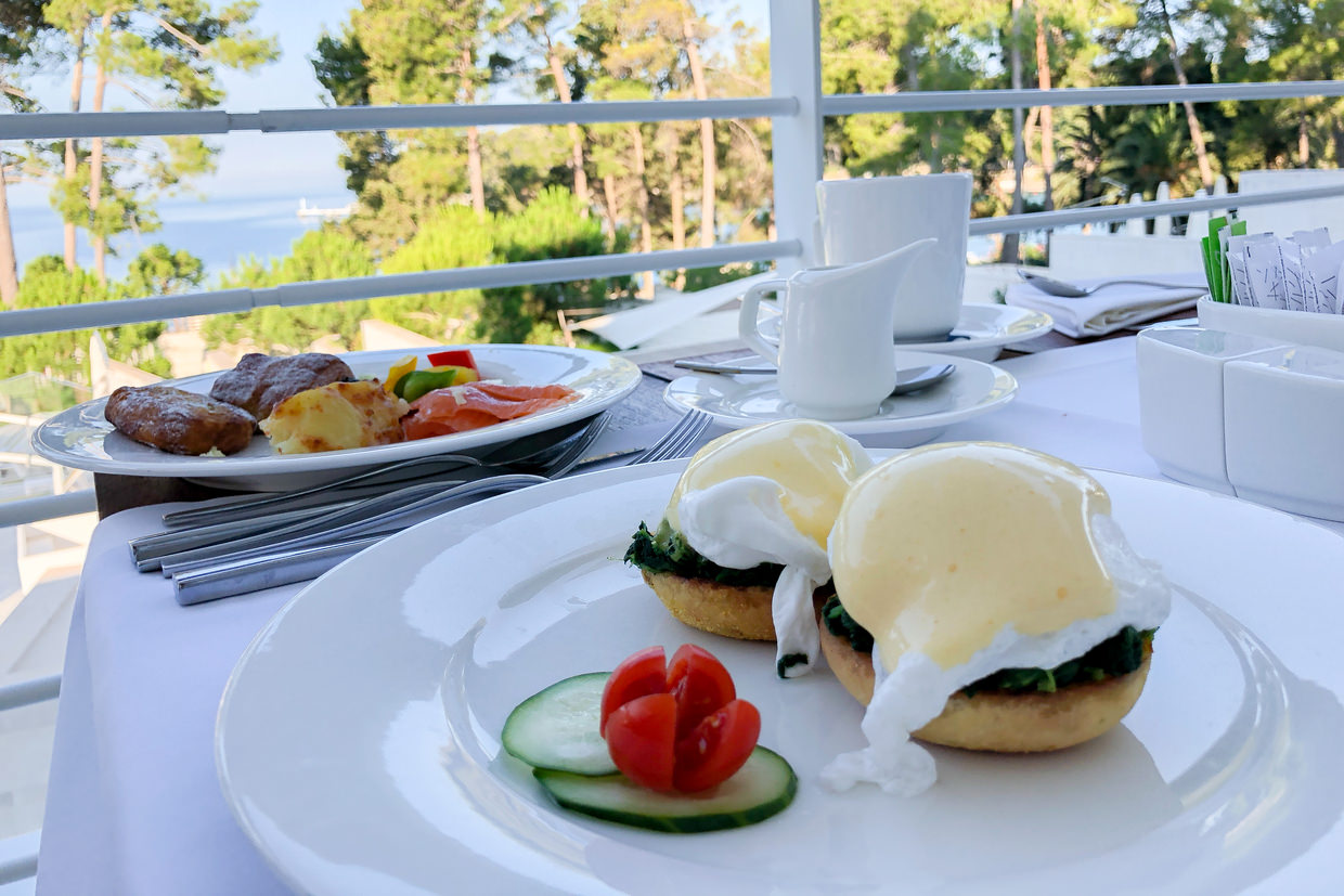 Eggs florentine by the sea