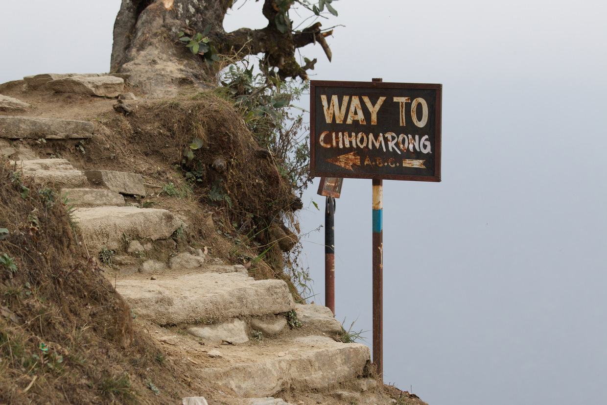 Sign pointing the way to Chomrong