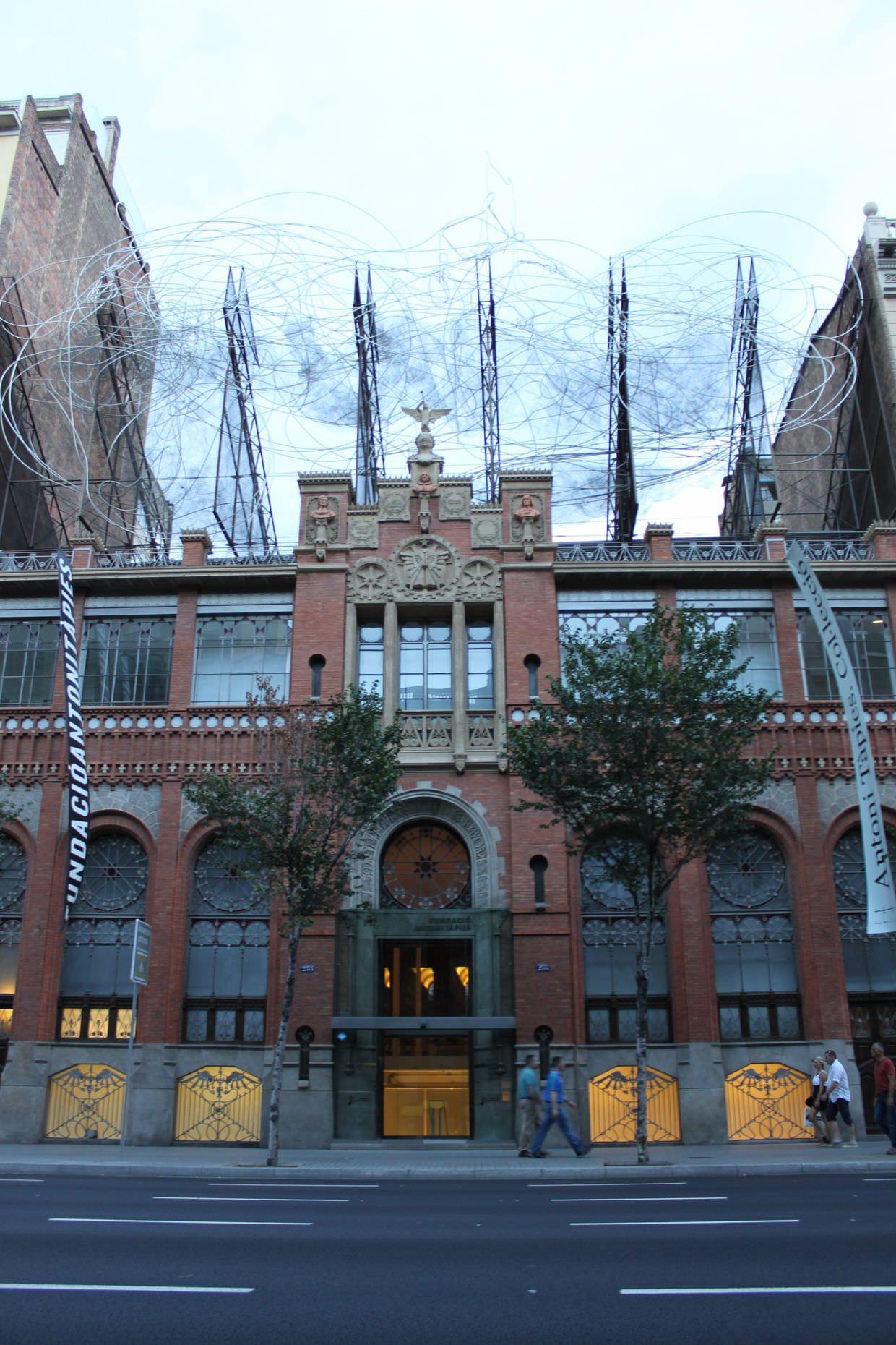Wire sculpture above Fundació Antoni Tàpies