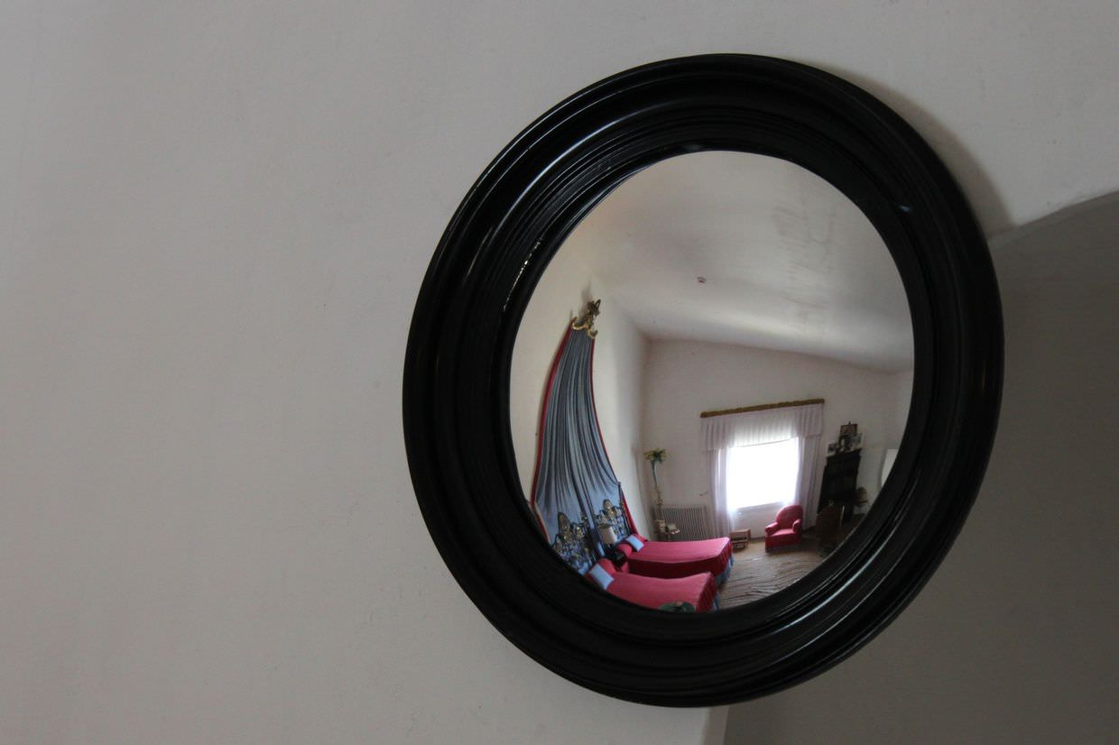 Perfectly placed mirrors for manipulating light